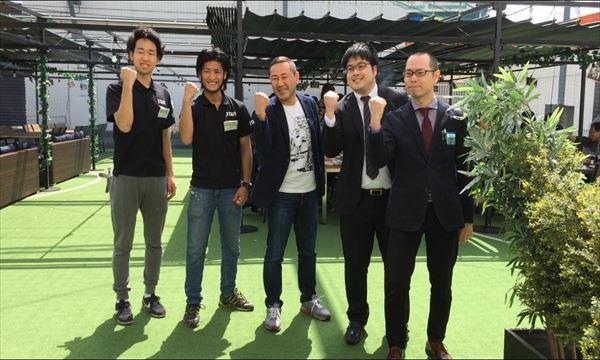 高橋社長と京王聖蹟桜ヶ丘ショッピングセンターの皆さんで「がっちり!!」