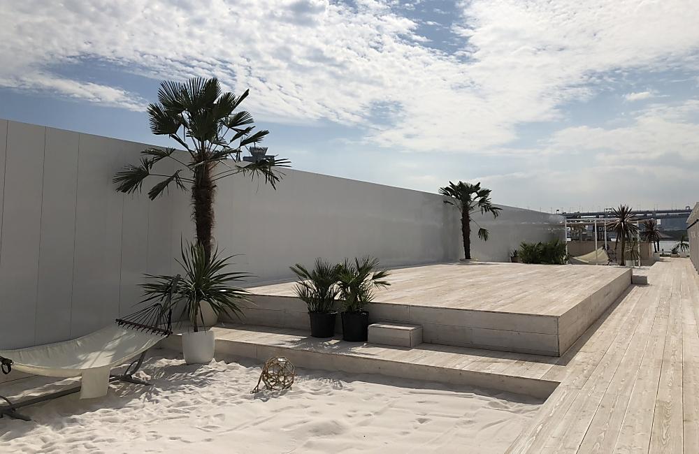 ショーが行われるステージ周りには南国リゾートチックな白砂エリア。 ハンモックもあります♪
